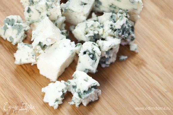 Оставшийся сыр нарезать небольшими кубиками.
