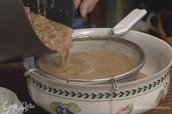 Влить бульон, в котором варились раки, перемешать и довести до кипения, а затем протереть эту массу через очень мелкое сито.