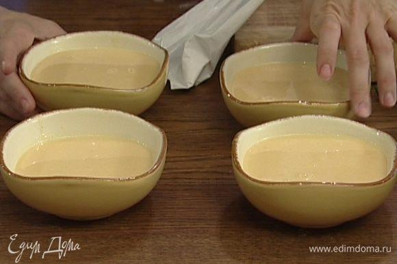 Перелить загустевший крем в огнеупорные креманки и отправить в холодильник на несколько часов.