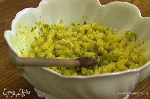 Заправить макароны соусом, добавив немного жидкости, в которой они варились, и подавать тут же!