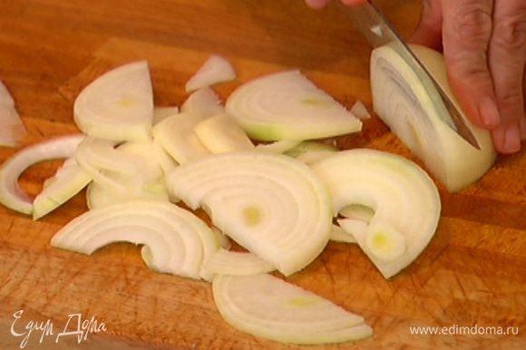 Луковицы почистить и нарезать полукольцами.