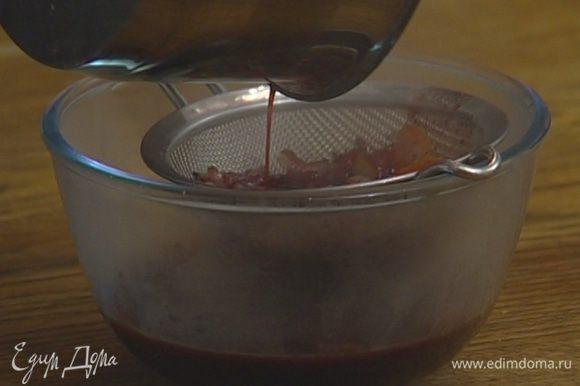 Влить вино, всыпать соль, сахар и уварить соус наполовину, затем, пока он горячий, протереть через сито. Добавить сливочное масло, размешать и перелить в соусник.