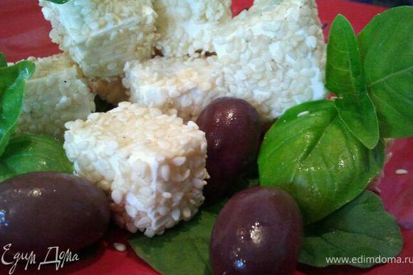 Можно подавать как часть сырной тарелки. Можно использовать в салатах. А, можно, как у меня на фото, подать с зеленью и оливками.