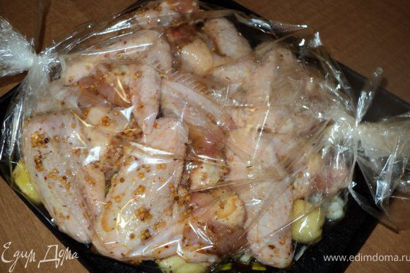В рукав для запекания выложить слой овощей, сверху маринованные крылышки. Рукав завязать, положить на противень и запекать в духовке при температуре 200 градусов 35-40 мин.