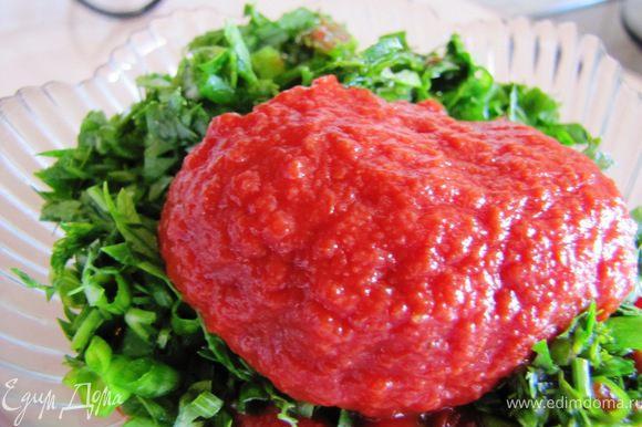 Добавляем томатную пасту, сахар.