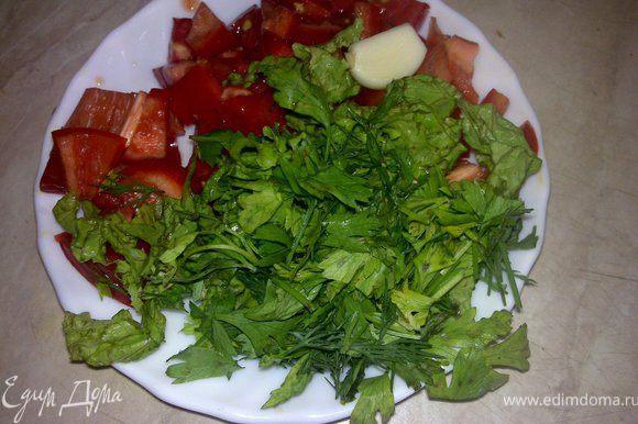 Мелко нарезать помидор, перец, салат и зелень.Выложить поверх чиабатты