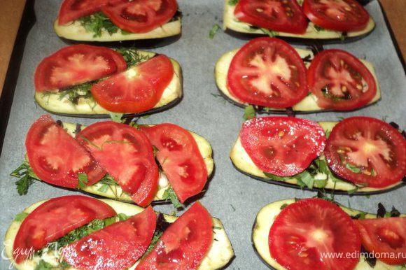 Сверху баклажаны посыпать зеленью, выложить пластинки помидора,