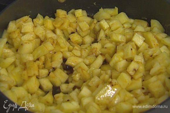 Приготовить соус: растопить в сковороде 50 г сливочного масла, добавить мусковадо, ананас и томить на медленном огне 15 минут.