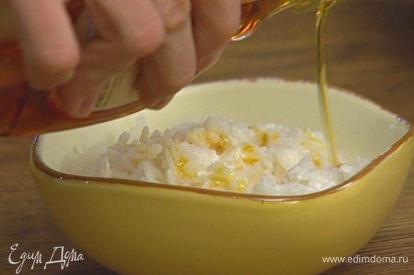Готовый рис выложить в креманки, полить небольшим количеством сиропа.