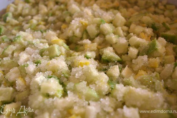 Положите кабачки и лимон в таз, засыпьте сахаром и оставьте до того, как сахар растает.