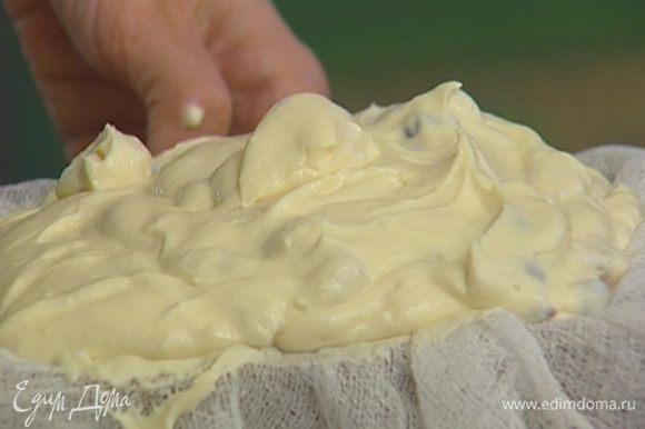 Форму для пасхи выстелить двойным слоем марли, выложить творожную массу.