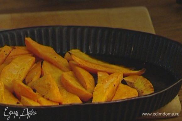 Сладкий картофель почистить, нарезать тонкими длинными полосками, уложить в форму для запекания, сбрызнуть оливковым маслом, поперчить, посолить и запечь в духовке.