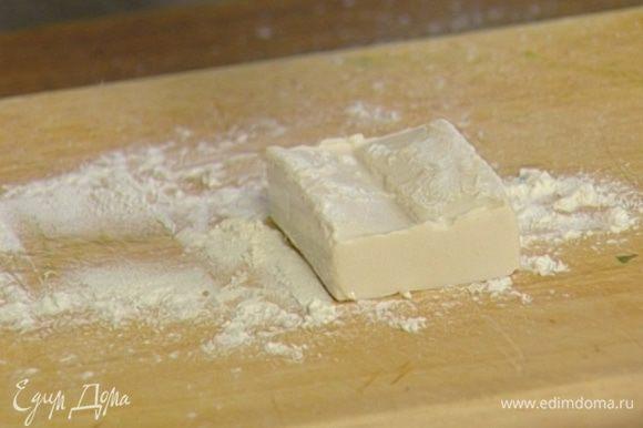 Тофу нарезать большими кусочками и обвалять в муке.