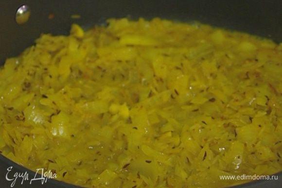 Всыпать рис и, помешивая, прогревать все вместе 1–2 минуты, затем посолить, добавить черный и розовый молотый перец, влить 150 мл воды, сок лимона, накрыть сковороду крышкой и томить на медленном огне.