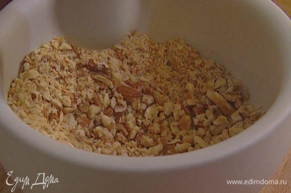 Миндаль подсушить в духовке, затем растолочь в ступке вместе с печеньем, добавить желток, мякоть персика и всю начинку перемешать.