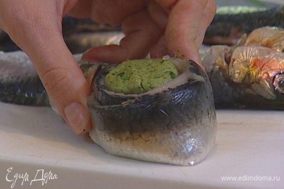 Завернуть каждый шарик в одну половинку рыбного филе, обернуть второй половинкой и скрепить, проткнув начиненную сардинку зубочисткой.