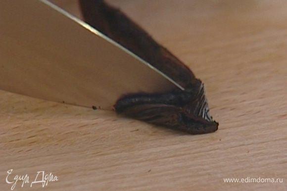 Стручок ванили разрезать вдоль, вынуть из него семечки, все положить в маленькую кастрюлю и залить 300 мл воды.