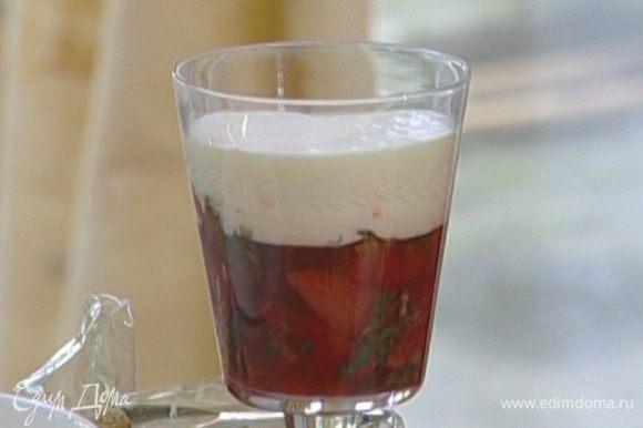 В высокие бокалы выложить сначала клубнику, а сверху крем. Подавать с песочным печеньем.