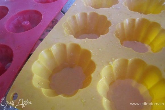 Ягоды вымыть. Приготовить желе для торта, как указано на упаковке. Или залить желатин горячей водой(50 мл.). Добавить любой прозрачный сок, 1-2 ст.л. сахара и подогреть на огне. Только внимательно следить что бы жидкость не закипела. залить прозрачное желе в формочки. Выложить ягоды.