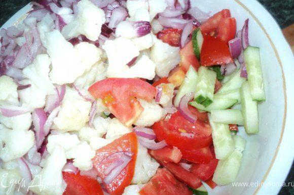 Цветную капусту отварить в подсоленой воде 10мин ( чтобы была слегка твердая ), охладить, разобрать на соцветия. Огурцы порезать брусочками, помидор некрупными пластинками.