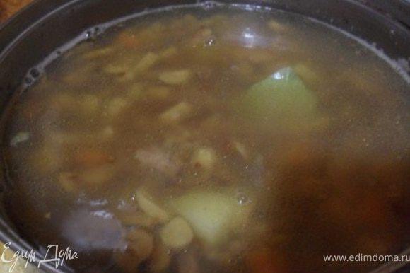 Положить в бульон к мясу овощи, варить 10 минут, после положить грибы и гречку и варить еще 10-15 минут.Готовый суп посолить, поперчить, добавить лавровый лист.