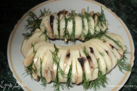 Очистить картофель, сделать глубокие надрезы поперек ( но не до конца ), что бы клубень раскрылся гармошкой. Вложить в разрезы пластинки грибов и веточки укропа