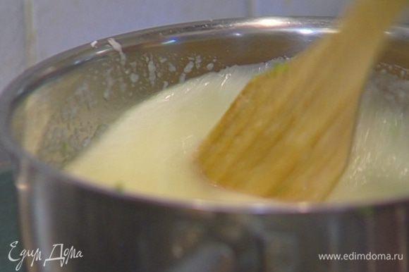 Дынное пюре выложить в кастрюлю, добавить фруктозу, сахарную пудру, цедру и 1 ст. ложку сока лайма, прогреть все до 40°С.