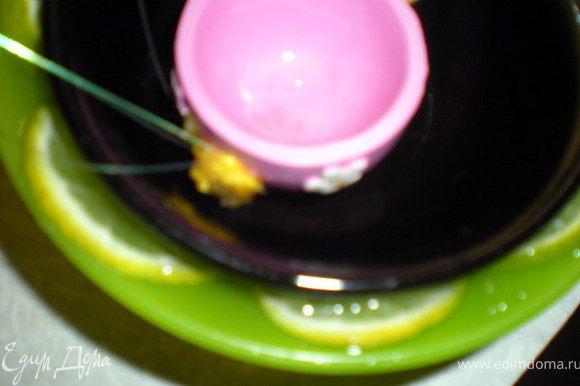 Лимон нарезать кружками.Поставить меньшую пиалу в большую,по кругу выложить лимоны и залить воду между пиалами.На дно меньшей пиалы положить грузик не большой.Поставить в морозилку до востребования.Если будут проблемы с выниманием,то опустить пиалу в горячую воду на несколько секунд.