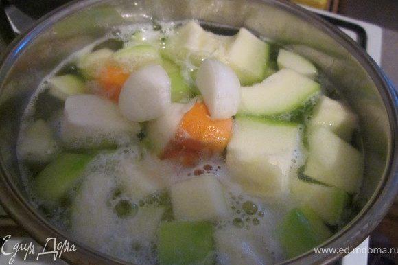 Заливаем овощи одним литром воды (можно конечно и куриным бульоном, но я летом предпочитаю легкие супчики) доводим до кипения и варим 20-25 минут.