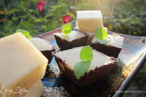 Достать из холодильника. Аккуратно освободить конфеты из формочек. суфле порезать кубиками.