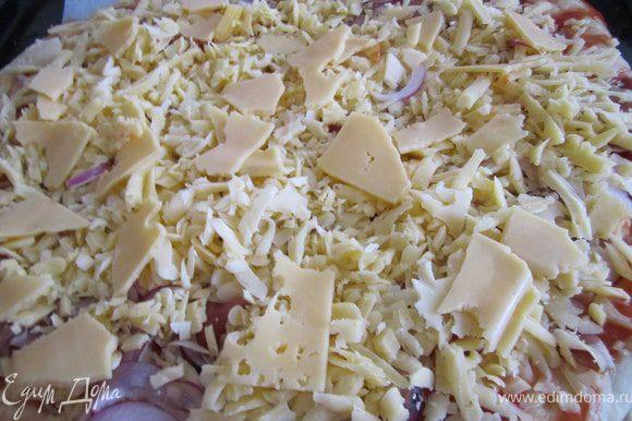 Часть сыра натереть на крупной терке, часть просто выложить небольшими кусочками.