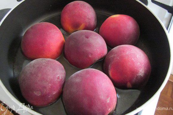 Персики разрезать пополам, косточку удалить. В сковороду положить 2 ст.л. сахарного песка, 4 ст.л. воды и пакетик ванили. Персики положить в сироп, закрыть крышкой и готовить 10 минут.