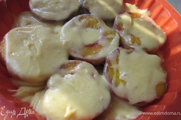 Выкладываем персики в форму и покрываем тестом. Его кажется мало, не бойтесь, когда пирог будет готовиться в духовке, то тесто распределиться по всем уголкам формы:))