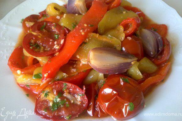 Перцы очистить от шкурки и семян, нарезать полосками, добавить к ним лук и помидорки. Заправить овощи аккуратно перемешать.
