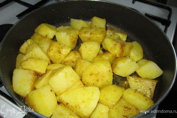 Кладем картофель, готовим на среднем огне до полной готовности. Картофель, время от времени помешиваем, что бы он весь пропитался запахами и вкусами специй.