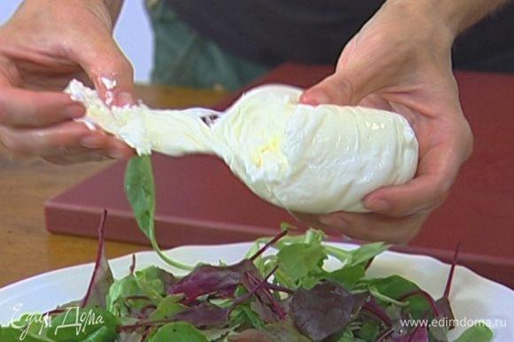 Моцареллу и инжир порвать руками, выложить на листья салата и полить оставшимся оливковым маслом и бальзамическим уксусом.