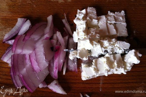 режем ялтинский лук и сыр фета все ингридиенты смешиваем и добавляем перец и оливковое масло