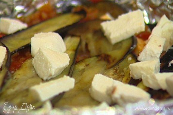 Разъемную форму для выпечки выстелить пищевой фольгой, на дно и стенки уложить обжаренные баклажаны, выложить слой пенне, сверху разложить колбасу, часть моцареллы и полить все соусом, затем снова выложить слой баклажанов, оставшуюся моцареллу, сверху посыпать хлебными крошками и натертым сыром.