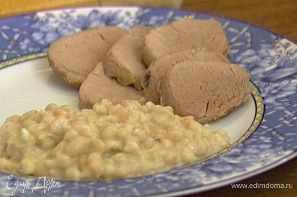 Дать свинине отдохнуть 10 минут, затем поместить в рукав для запекания и отправить в разогретую духовку на 40–50 минут. Подавать свинину с фасолью.