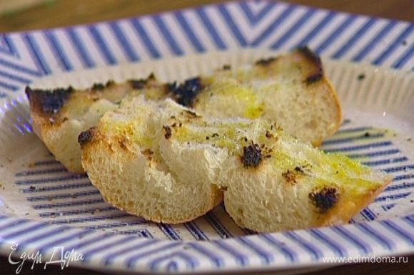 Хлеб нарезать, поджарить и натереть чесноком.