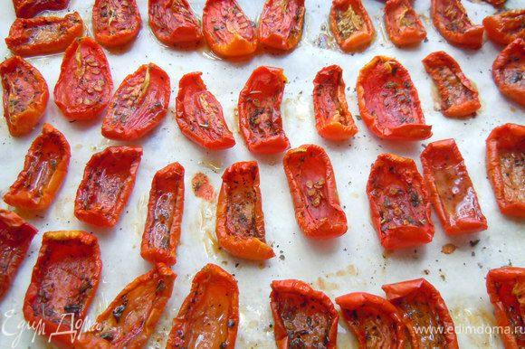 Готовые помидоры значительно уменьшаются в размерах, остаются чуть-чуть влажными. Готовые помидоры вынуть из духовки и остудить.