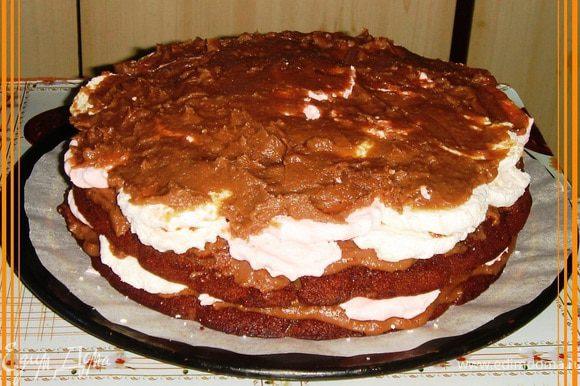 Все коржи густо смазать кремом. Сверху на крем между 1 и 2, а также между 2 и 3 коржами уложить плотно кружочки разрезанного зефира и уложить в торт.