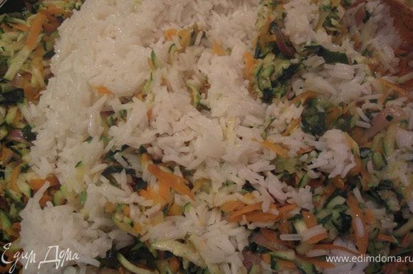 Снять сковороду с огня и переложить овощи в большую миску. Добавить рис. Дать 10 минут массе охладиться.