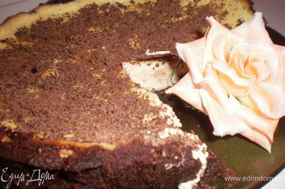 Остывший пирог посыпать натертым шоколадом.