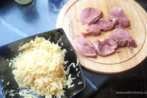 Мясо помыть, обсушить, срезать лишний жир и пленку и нарезать на биточки. Посолить, поперчить. Картофель почистить и натереть на крупной терке. Отжать лишнюю воду.
