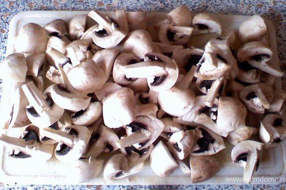 Порезать грибы на половинки, если крупные на четвертинки.