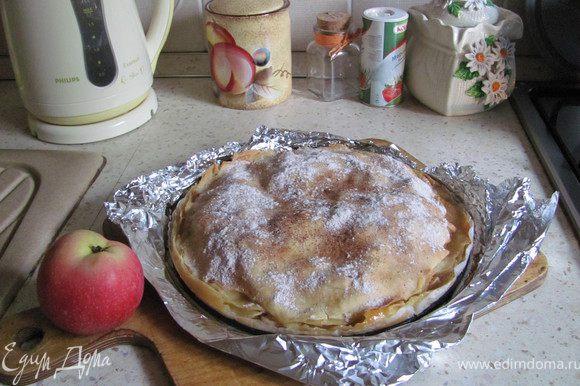 Ставим пирог в духовку разогретую до 190 градусов и выпекаем 30-40 мин. (в зависимости от духовки) до румяной корочки. Остужаем (я предпочитаю оставить на ночь - он так лучше пропитывается и становиться нежнее, но это дело вкуса:)), посыпаем сахарной пудрой, подаем на стол и наслаждаемся ароматами яблочного лета:) Приятного аппетита!