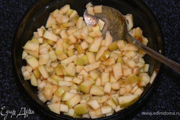яблоки режем на мелкие кубики,добавляем лимонный сок,повидло,немного сахара.Сливу разрезаем ,удаляем косточки.