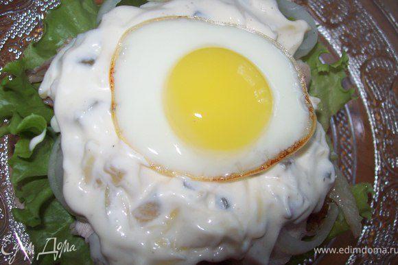 выкладываем яйцо на бутерброд и накрываем второй частью булочки