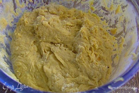 В опару добавить немного просеянной муки, 1/4 ч. ложки соли и желтково-молочную массу. Оставшуюся муку вводить порциями, каждый раз вымешивая, в конце вымесить тесто руками, при необходимости добавить муку. Оставить тесто в теплом месте на 2 часа.